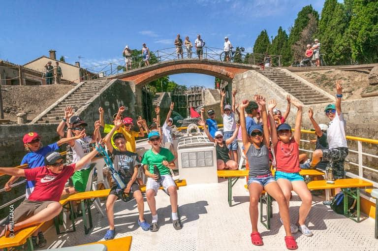 Enfants qui lèvent les bras dans l'écluse de Fonséranes