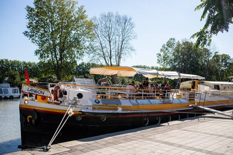 La péniche au port sur le Canal du Midi