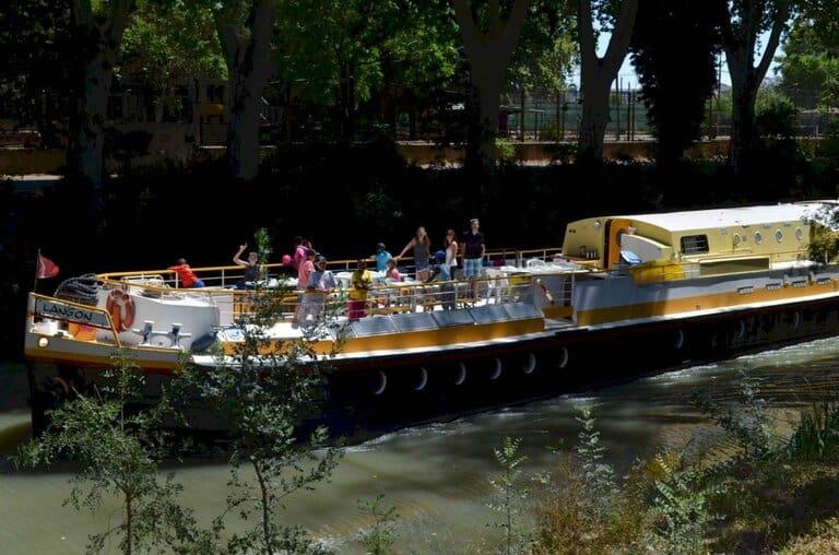 La péniche navigue sur le Canal du Midi