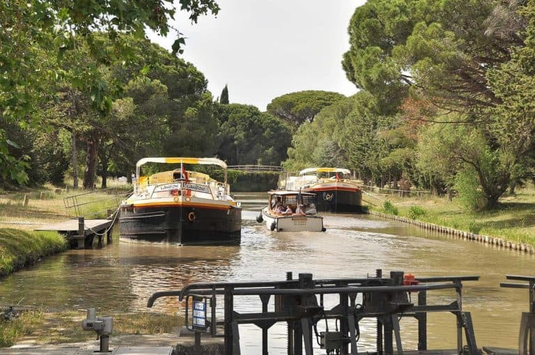 Les péniches amarrées sur le Canal avec un petit bateau