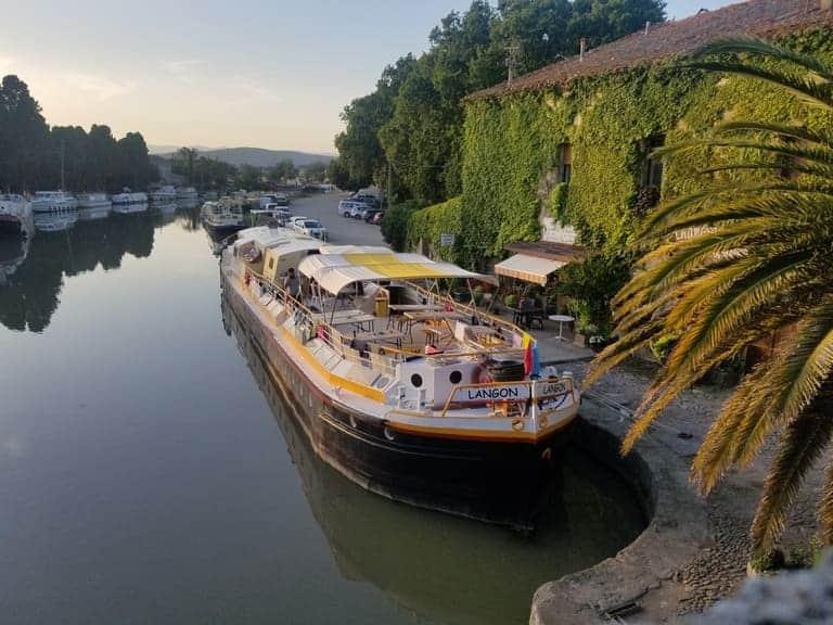 La péniche amarré au Somail sur le Canal du Midi