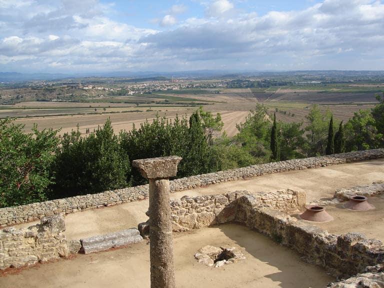 Oppidum d'Ensérune avec une vue sur l'étang assécher